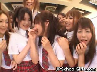 Mooi japans schoolgirls exploring
