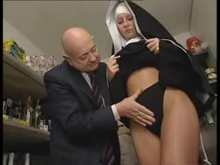 Italiana latina monja abusada por sucio viejo hombre