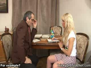 क्यूट blondie गड़बड़ brutally द्वारा उसकी परवरटेड टीचर.