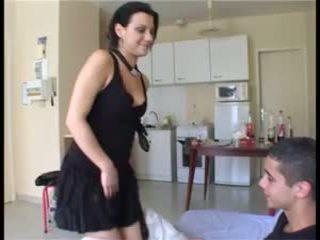 Il prend la fille par sorpresa et ejacule dans sa chatte