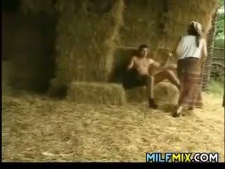 Milf neuken op de boerderij
