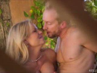 Saule kissed krūtainas mammīte kelly madison jāšanās hubbys liels dzimumloceklis