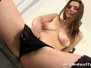 Sexy chica plays con un precioso coño palpitación