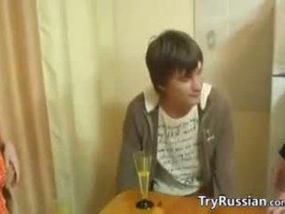 Gammal och ung swingers från russia möts