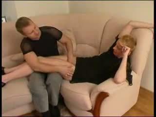 Küpsemad vene kuum auntie koos poiss