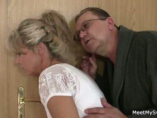 Αυτός leaves και γριά parents seduces του yummy gf