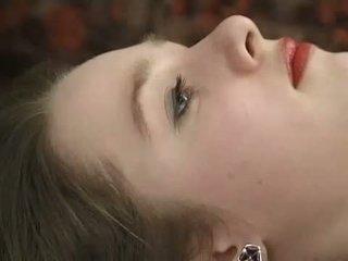 Gaiši pusaudze uz mežģīnes melnas undies gets viņai matainas bārda fingered
