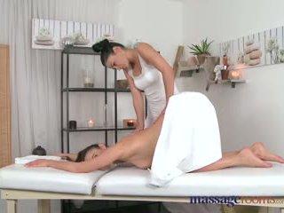 Massagem rooms maravilhosa masseuse explores o corpo de um sexy lésbica beauty