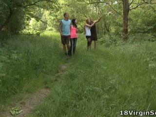 18 virgin neuken is trots naar aanwezig u met de heerlijk sindy en haar pal zuigen en bonking in de woods