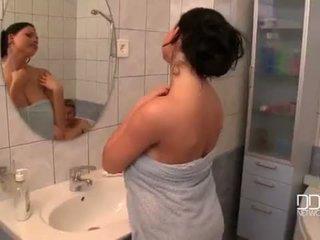 עסיסי ציצים אישה מקלחת וידאו