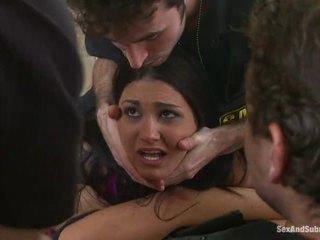 Krūtainas brunete gets viņai vāvere assaulted