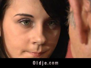 Leila tava seksuaalne exercises koos vana mees