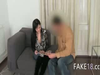 Fake agent having sex med bryster jente