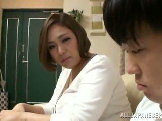 Reiko yumeno pleases một số đàn ông gần một wonderful titnghề