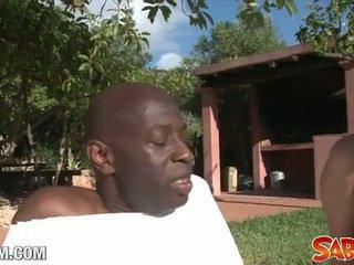 Zwart yoga leraar drills een blank bips
