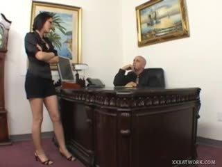 Karstās birojs palaistuve fucks par viņai bosses galds