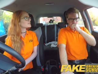 Fake driving skola creampie i nördig ginger tonårs hårig