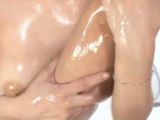 Heet geolied aziatisch milf maria enjoys petting