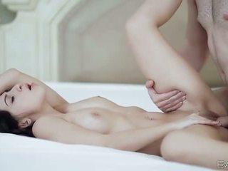 Étroit gal allie jordan nailed sur la lit