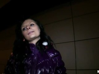 Tjeckiska flicka maja ripped och rides kuk