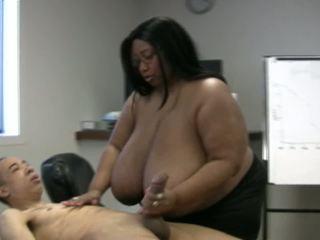 Bilingüe boob digawe nggo tangan