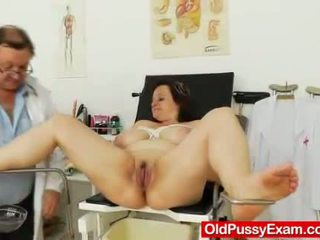 Tłusta mamuśka brunetka gets a gyno