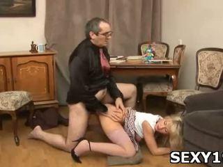 Nudo ragazze opens gambe a ottenere pene