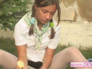 Gadis onani dengan pisang penis buatan