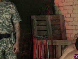 Horký a nadržený soldiers skupina pohlaví.