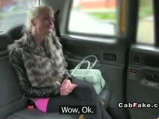 Krūtainas somi blondīne bangs uz taxi