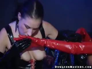 Sensuous lesbiete vergs hilbel gets lateks cimdi licked un