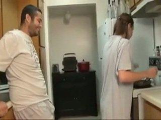 Брат и sister духане в на кухня