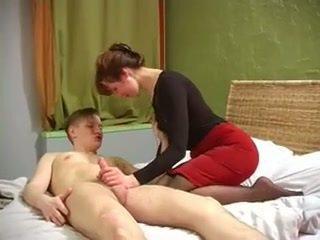 Rosyjskie mamuśka z ładny muscles fucked przez nie jej syn