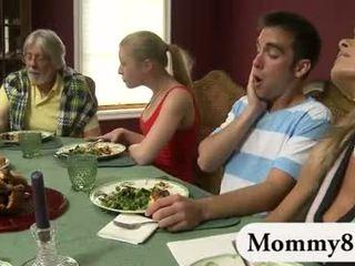 Pequeñita adolescente en un trío con madrastra