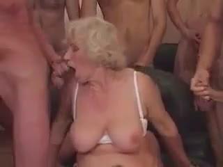 Бабуся norma в a груповий секс