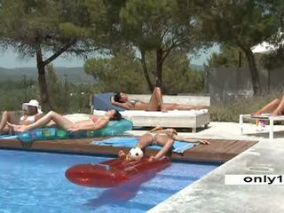 Zwembad party 5 jong mooi lesbiennes video-