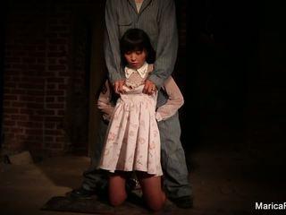 Marica gets stripped et fondled en la sous-sol