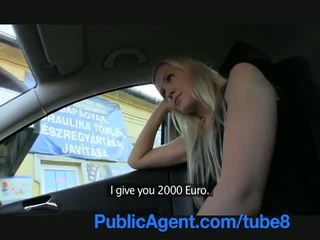 Publicagent lang haired sexy blondine in geneukt outdoors door een stranger