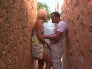 Loira jovem grávida fucks turista em alley