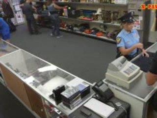 Rondborstig politie officier pawns haar stuff en nailed naar verdienen cash