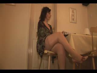 Duży cycuszki dojrzała modelka w pończochy i satynowe slip undresses i teases