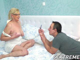 Geil jong guy seduces en drills een rondborstig heet grootmoeder