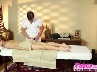 Karlie gets surprised por masseuse em spa por um fake magician em giving ele um broche