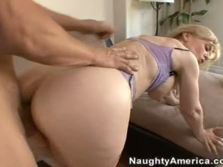 10 pounder loving nina hartley enjoys a 수분이 많은 spray 의 수탉 goo 에 그녀의 ravishing 입