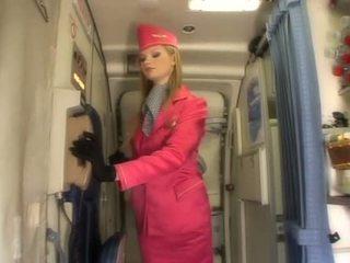 I mirë bjonde stjuardesë duke thithur kokosh onboard