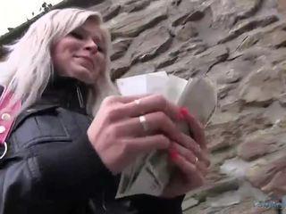 Sexy radka geneukt in de toilet voor cash