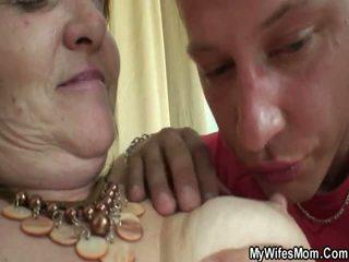 老 女士 forces 年輕 男孩 和 他媽的