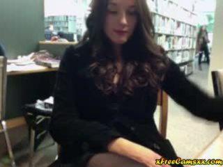 Groot titty babe masturbates in publiek bibliotheek