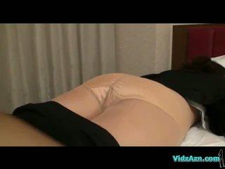 Pechugona chica en pantis getting undressed mientras durmiendo coño licked y fingered en la cama