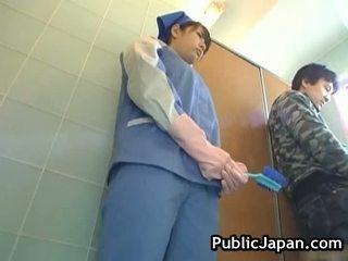 Gjoksmadhe aziatike e abuzuar tualet